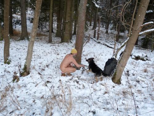 Koupání v potoce za sněhu